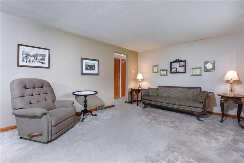 516 Lebanon Manor Dr, West Mifflin, PA 15122