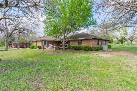 320 N Lee Ave, Tom Bean, TX 75090