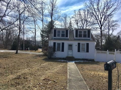 Photo of 28 Woodland Dr, Kings Park, NY 11754