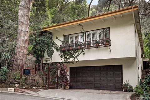 Photo of 7697 Willow Glen Rd, Los Angeles, CA 90046