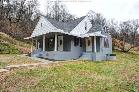 4785 Midway Rd, Yawkey, WV 25573