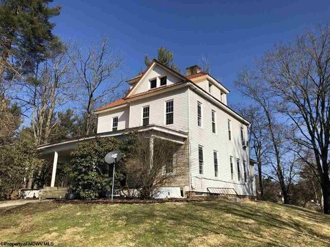 Photo of 1616 Country Club Rd, Fairmont, WV 26554