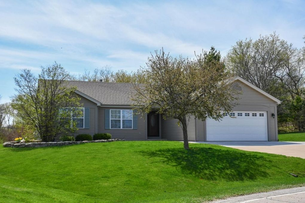2321 E Cody Ct, Oak Creek, WI 53154