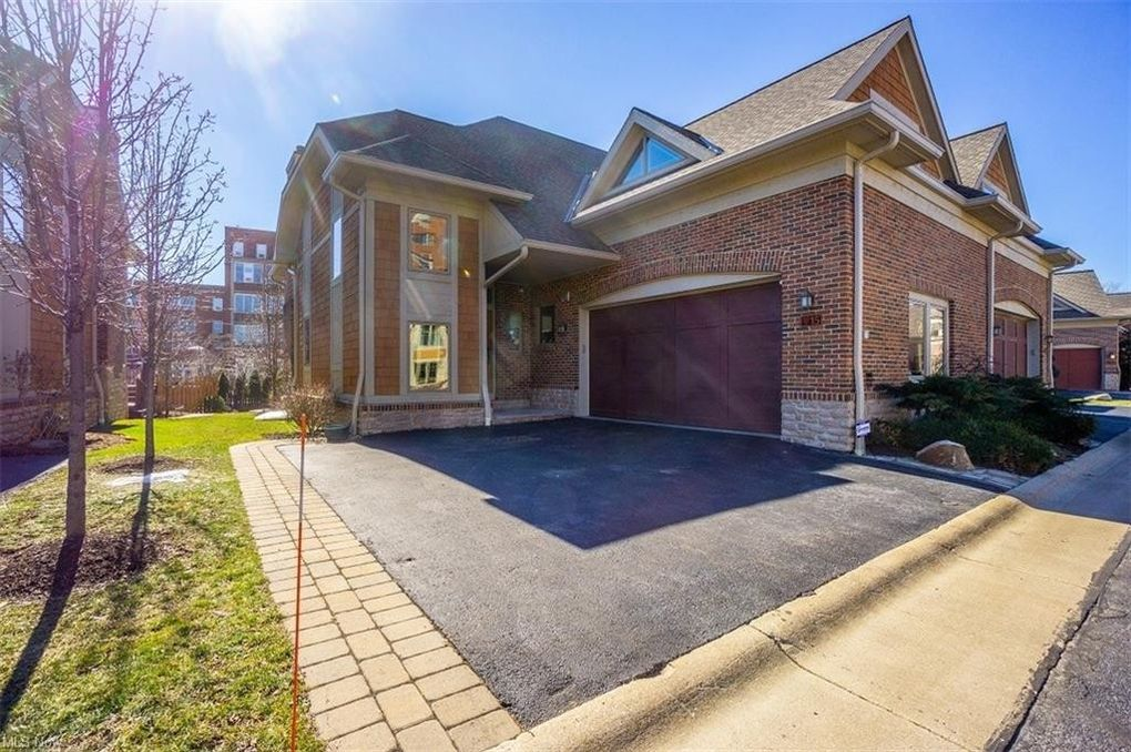15 Kenilworth Mews Ln Cleveland Heights, OH 44106