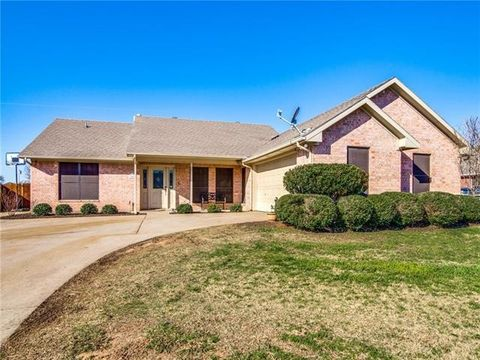 Photo of 1400 High Point Dr, Pilot Point, TX 76258