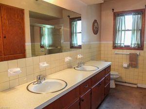 10211 Edison St Ne, Alliance, OH 44601   Bathroom