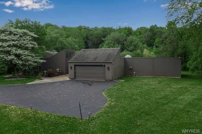 4880 Cliffside Dr W Clarence, NY 14031