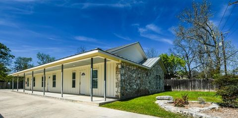Photo of 714 Clay St, Kerrville, TX 78028