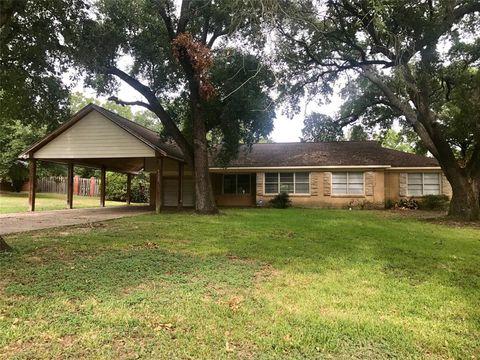 Photo of 320 Moore St, Navasota, TX 77868