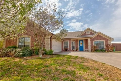 Photo of 1404 High Point Dr, Pilot Point, TX 76258