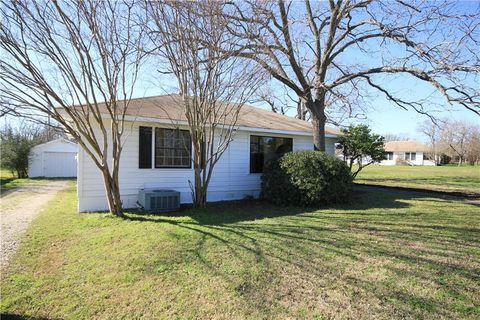 Photo of 707 Sloan St, Taylor, TX 76574
