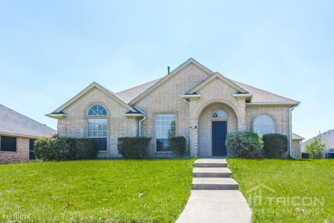 Photo of 824 Fox Glen Cir, Lancaster, TX 75146