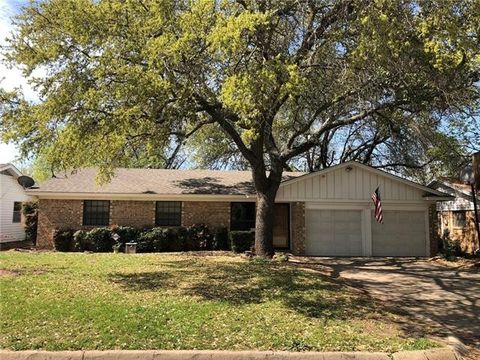 Photo of 305 Nw Jayellen Ave, Burleson, TX 76028