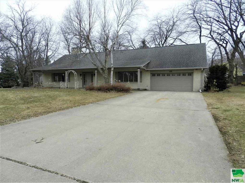 151 W Meadow Dr, Sioux Center, IA 51250