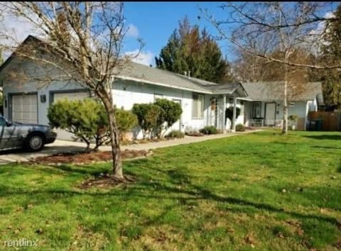 Photo of 1367 Sun Glo Dr, Grants Pass, OR 97527
