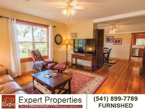 Photo of 525 S 3rd St, Jacksonville, OR 97530