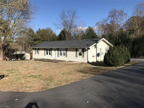 Photo of 602 Hickory St, Dobson, NC 27017