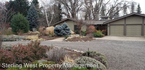 Photo of 820 Rogue Wood Dr, White City, OR 97503