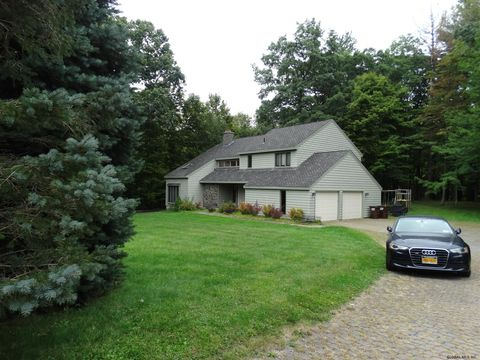Photo of 11 Mahican Ct, Slingerlands, NY 12159