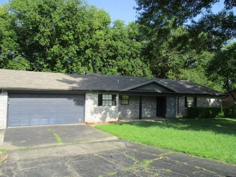 Photo of 111 Pullins Dr, Coffeyville, KS 67337