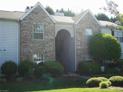 Photo of 4001 Whirlaway Ct Apt J, Clemmons, NC 27012