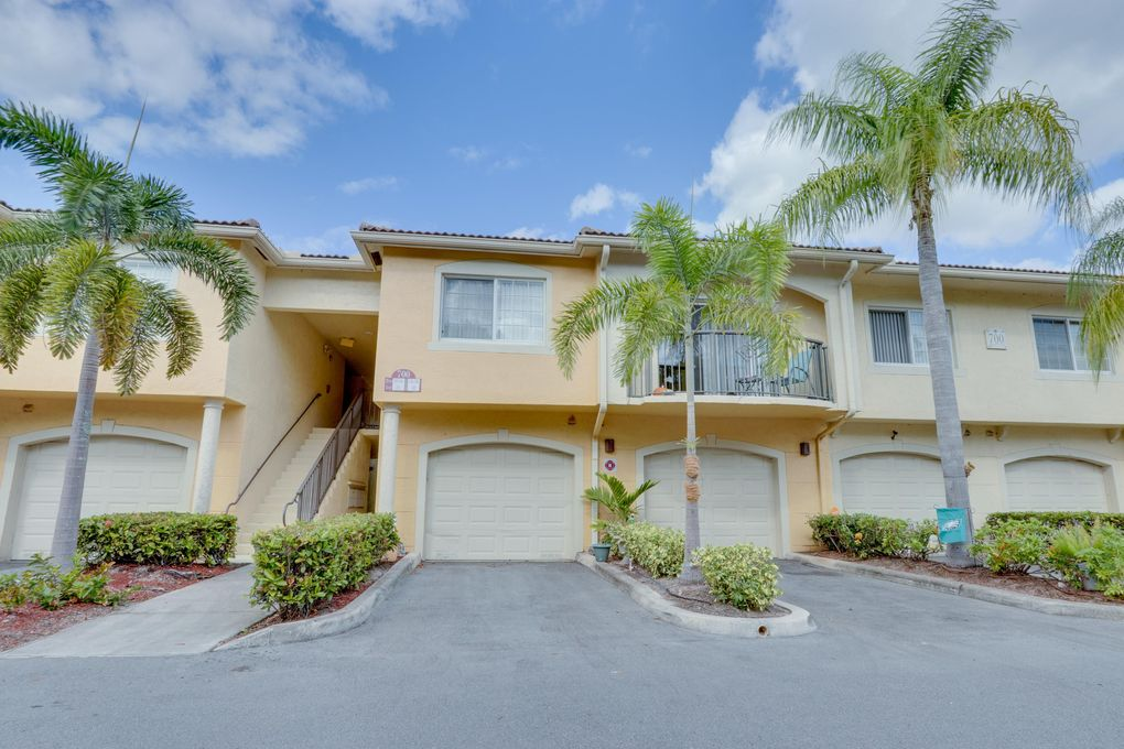 700 Crestwood Ct S Apt 702 Royal Palm Beach, FL 33411