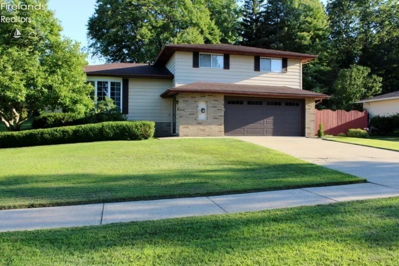 8891 Cottonwood Ln Parma, OH 44129